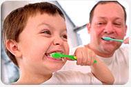 Niño cepillandose los dientes