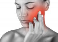 Actualmente  con mayor frecuencia se observan varias patologías en los pacientes:      Bruxismo     Apretamiento dentario     Falta de higiene por cansancio o falta de tiempo.     Desgaste de piezas dentarias     Movilidad dentaria     Sensibilidad dental     Contracturas con dolores musculares y articulares de la mandíbula, cara y cuello.