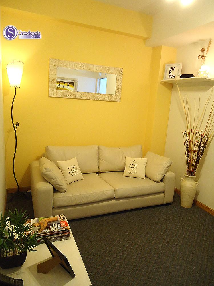Sala de estar cómoda y bien ambientada. WiFi libre para los pacientes. Música funcional.